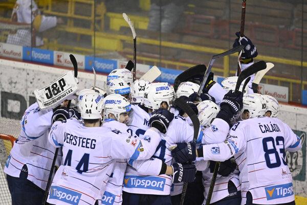 Hráči HK Nitra oslavujú víťazstvo a postup do semifinále.