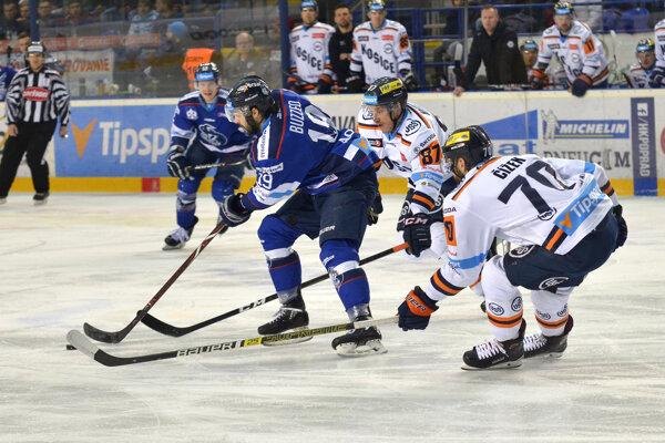 Zľava v popredí: Justin Buzzeo z HK Poprad a Marcel Haščák z HC Košice.