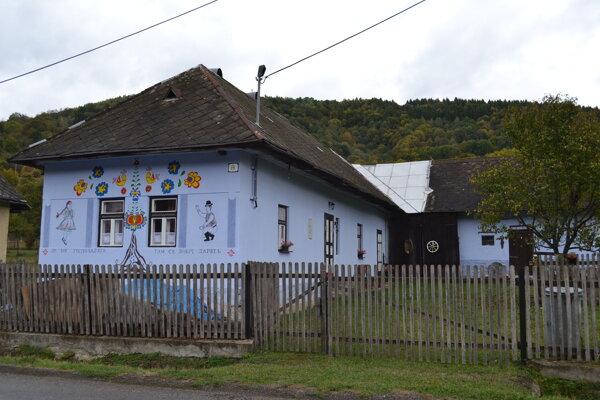 Belasý domček v Kolbasove je ako z rozprávky.