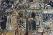 Explóziou poškodené budovy továrne v čínskom meste Jen-čcheng.
