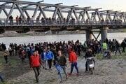 Ľudia na brehu rieky Tigris sledujú záchranné práce.