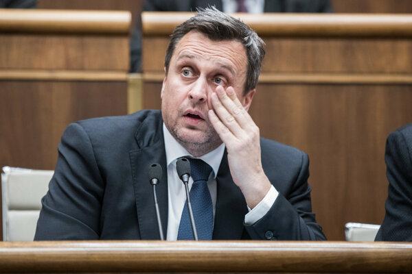 Predseda SNS Andrej Danko chcel najprv v Prezidentskom paláci ženu, teraz, keď sa mu to môže splniť, mlčí.