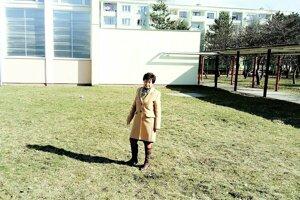 Oľga Potašová stojí na mieste, kde čoskoro vyrastie multifunkčné ihrisko.