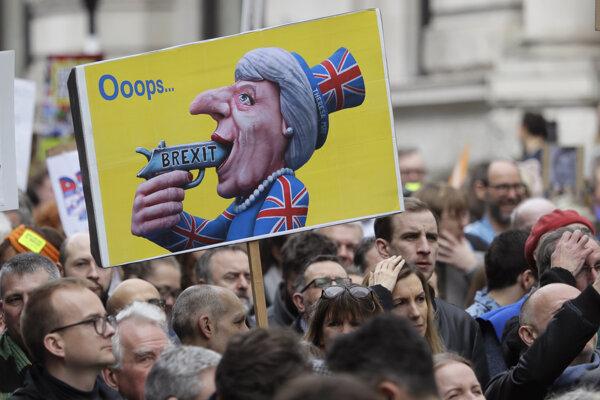 Briti vyšli do ulíc, žiadajú druhé referendum.