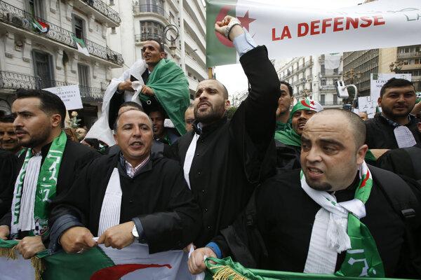 Stovky právnikov protestovali proti prezidentovi.