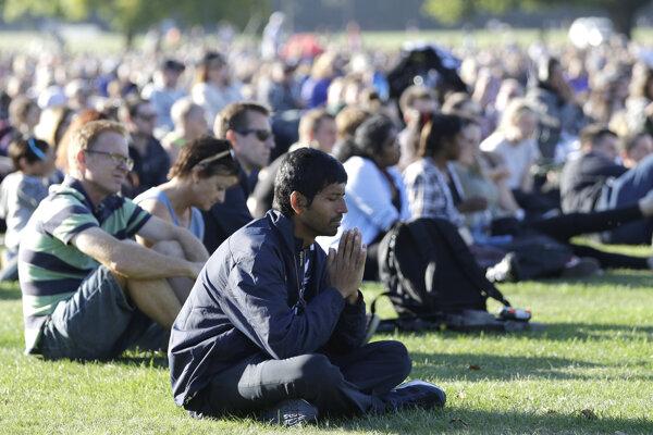 Pomodliť a uctiť si obete teroristického útoku prišlo asi  40-tisíc ľudí.