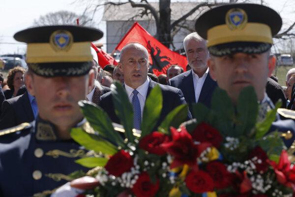 Kosovský premiér Ramuš Haradinaj pokladá kvety na hroby pri príležitosti dvadsiateho výročia bombardovania v dedine Glogjan.