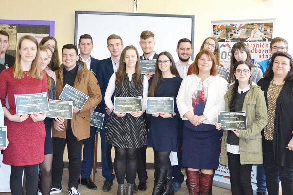 Ocenení študenti so svojimi pedagógmi.⋌FOTO: MILOŠ KUBÁŇ