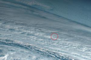 Oranžový oblak, ktorý je pozostatok po výbuchu meteoru. Zábery sú z miesta nad Beringovým morom.