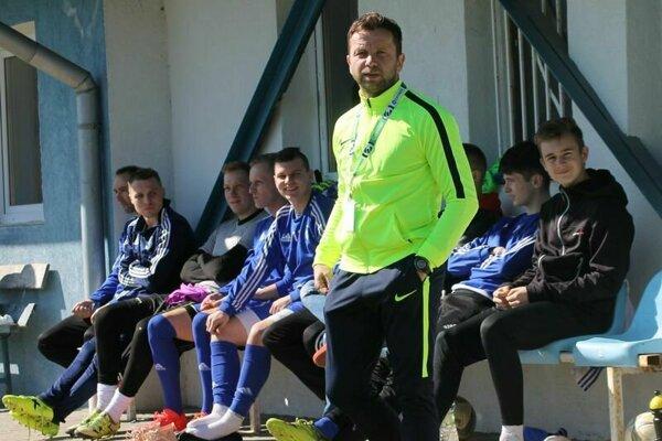Plná lavička je jedna z vecí, ktoré tešia trénera Františka Šotta (v popredí).