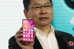Šéf spoločnosti Huawei Richard Yu s telefónom P30.