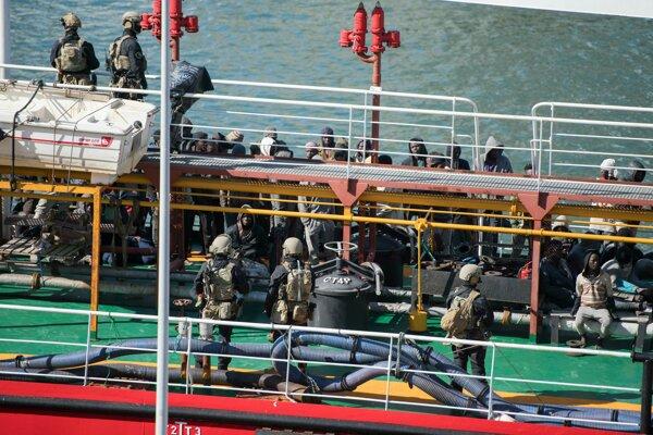 Špeciálne jednotky na lodi.