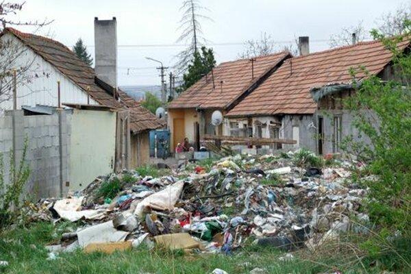 Záhrada v Dražovciach sa pred rokmi premenila na smetisko. Desiatky Rómov vysťahovali, nehnuteľnosť sa predala v dražbe.