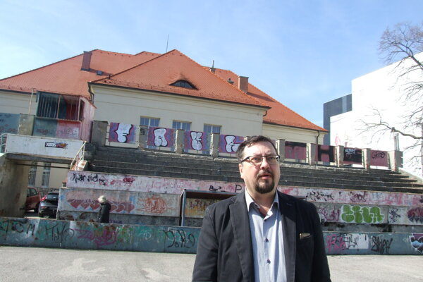 Viceprimátor Balko na uzavretom ihrisku pri CVČ Domino. Budova je kultúrnou pamiatkou.