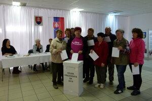 Pred obecnou brigádou sa seniori z Kalnej nad Hronom zúčastnili volieb prezidenta.