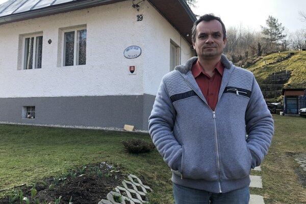 Starosta obce Príkra v okrese Svidník Miroslav Goldir pred svojím domom, ktorý slúži zároveň ako obecný úrad.