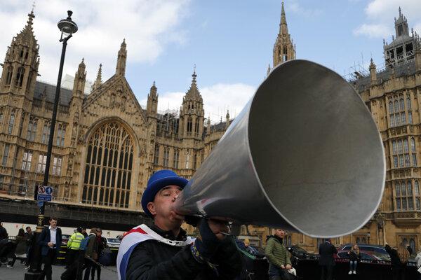 Pred britským parlamentom sa v týchto dňoch každý deň odohrávajú demonštrácie zástancov a odporcov brexitu.