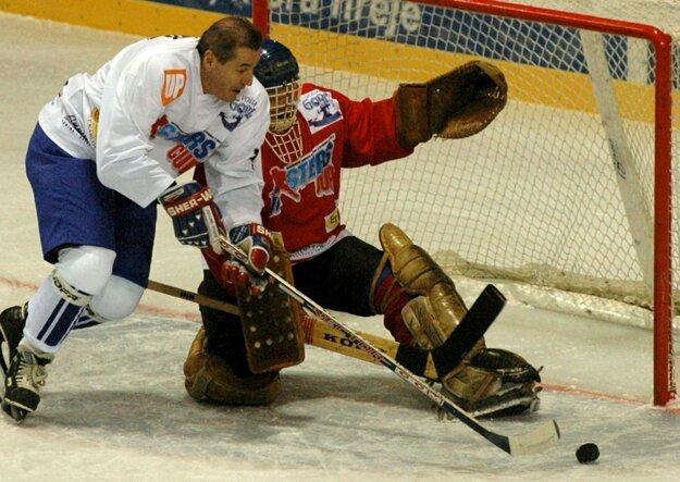 Na snímke z roku 2006 Marián Bezák pred brankárom Jiřím Králikom.