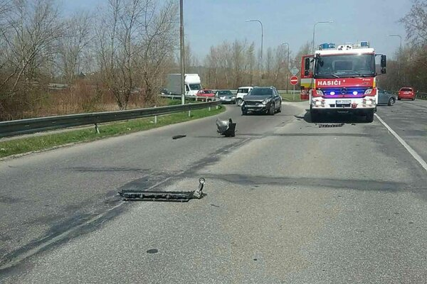 Po nehode auta a motocykla.