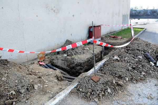 Odkopávka podľa mesta odhalila zásah do elektrického zariadenia.