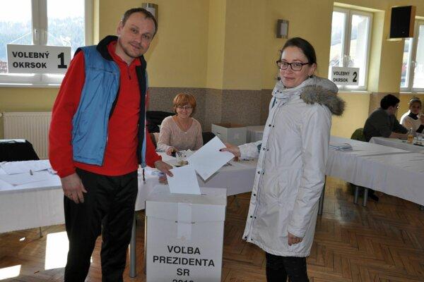 Manželia Patrik a Eva Viciaňovci z Bratislavy volili v Lúčkach.