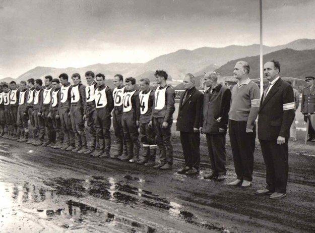 Nástup pretekárov pod vedením riaditeľa pretekov Viliama Gregora (vpravo).