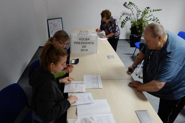 Možnosť voliť využilo v sobotu aj niekoľko pacientov a dve lekárky v nemocnici v Spišskej Novej Vsi. Z tamojšej mestskej volebnej komisie (MsVK) na ich požiadanie prišla prenosná volebná urna.