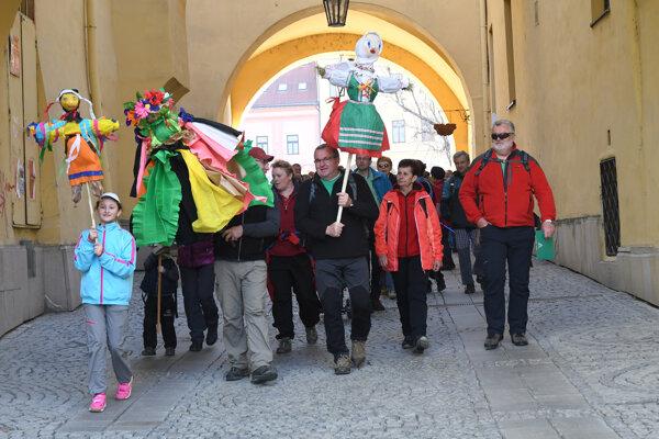 Klub slovenských turistov regiónu Prešov v nedeľu 63. ročníkom Privítania jari otvoril letnú turistickú sezónu a pálením morén sa zbavil zimného zla.