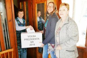 K Márii Zuzaniakovej prišla komisia s volebnou urnou.