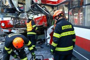 Hasiči zasahujú na mieste nehody električky a trolejbusu v Brne.