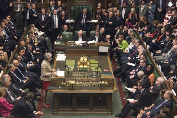 Theresa Mayová obhajuje dohodu o brexite v britskom parlamente.
