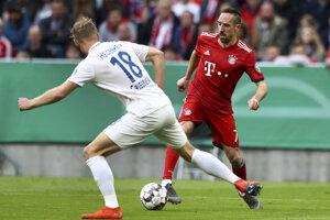 Hráč Bayernu Mníchov Franck Ribery (vpravo) a Sebastian Griesbeck z Heidenheimu.