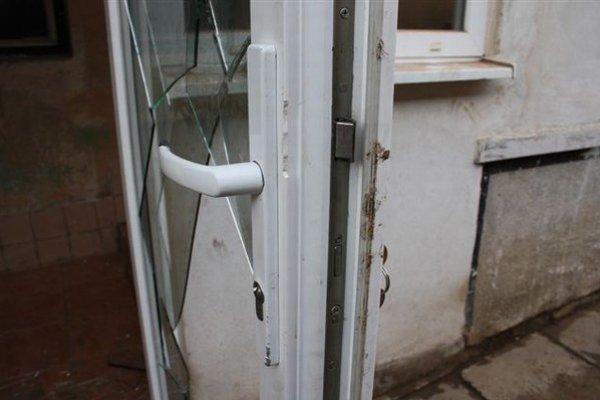 Na dverách rozbili sklenenú výplň a vnikli do domu.