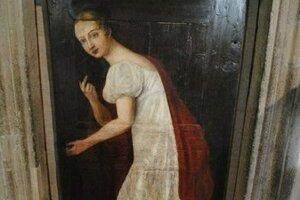 Fiktívna podoba zradkyne na dverách radnice.