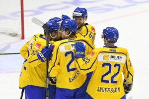 Švédski hokejisti sa radujú po jednom z gólov.