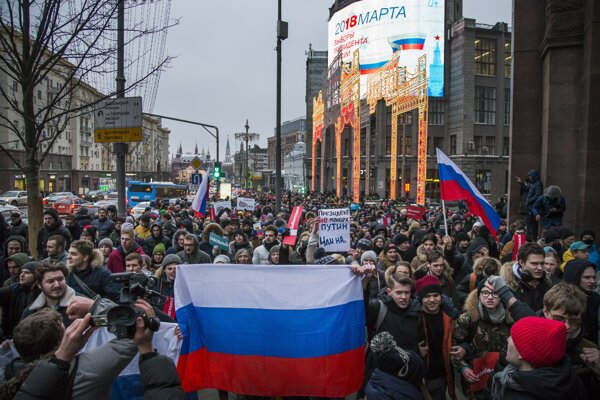 Protestujúci počas zhromaždenia 28. januára 2018 v Moskve na podporu opozičného politika Alexeja Navaľného.