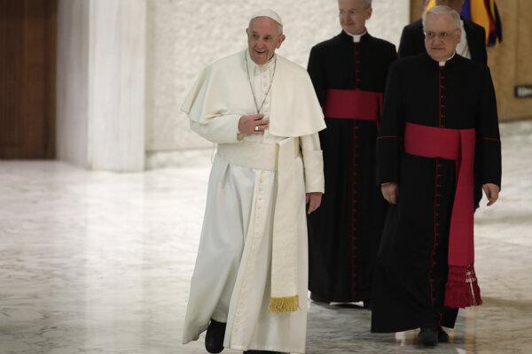 Pápež František si myslí, že na vojnách vo svete má podiel bohatá Amerika a Európa a ich zbrojný priemysel.