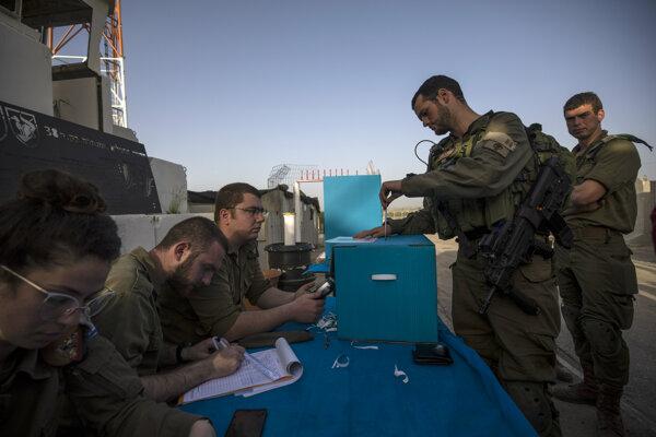 Vojaci začali hlasovať už počas víkendu.