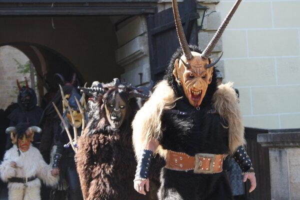 Minulý rok pochodovali Bojnicami strašidlá. Tento rok bude sprievod vznamení sokoliarov.