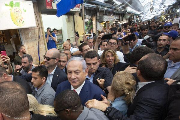 Izraelský premiér Benjamin Netanjahu sa počaas volebného dňa presúva ulicami Jeruzalema.
