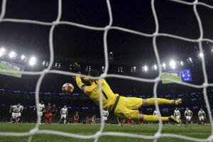 Domáci brankár Hugo Lloris chytá penaltu.