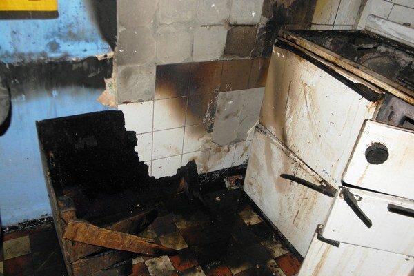 Rozšíreniu ohňa na priečelie budovy hasiči zabránili prúdom vody.