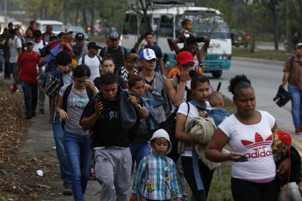 Niektorí sa na cestu vydali peši v daždi - pred sebou tlačili detské kočíky alebo niesli spiace deti na rukách.