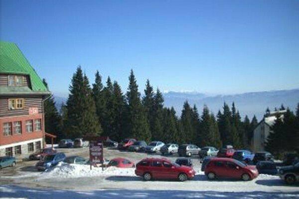 Počas zimnej sezóny, najmä cez víkendy, prúdi na Martinsky až 600 aut denne.