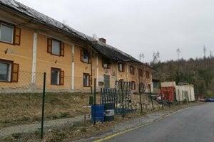 Pred budovou je stavebný odpad aj stavebný materiál.