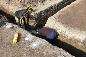 Pracovníci pri záchrannom archeologickom výskume na Daxnerovej ulici v Rimavskej Sobote.