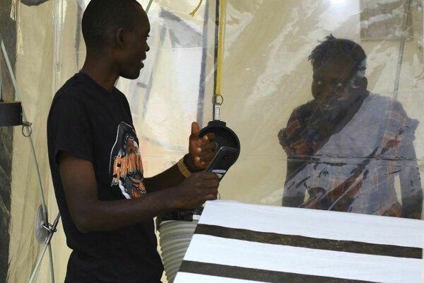 Kasereka Mulanda sa rozpráva so svojou manželkou, ktorá je nakazená vírusom ebola v centre na liečbu eboly 9. septembra 2018 v Beni v Konžskej demokratickej republiky