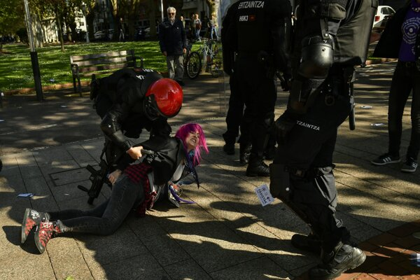 Policajti proti demonštrantom zasiahli obuškami a dvoch z účastníkov protestu zatkli.