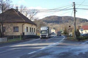 Hustá premávka strpčuje život najmä ľuďom žijúcim v blízkosti hlavného cestného ťahu.