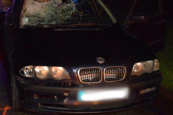 BMW po zrážke s chodcom.